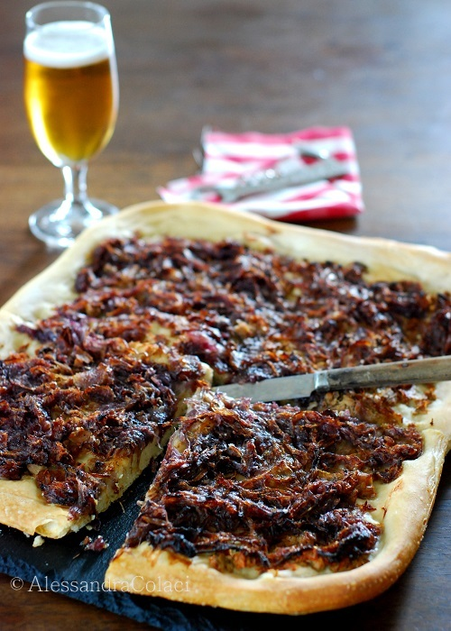 Pizza rustica con tonno e le cipolle rosse dell'orto