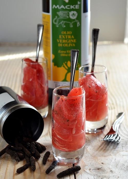 Insalata di pompelmo rosa, emulsione di olio extra vergine e acqua di fiori d'arancio, pepe lungo d'Indonesia