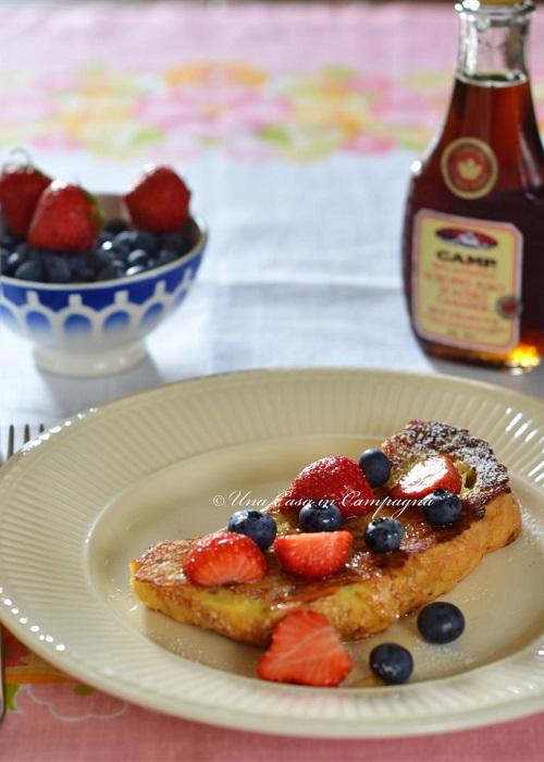 Schnitte (o French Toast) ai frutti di bosco