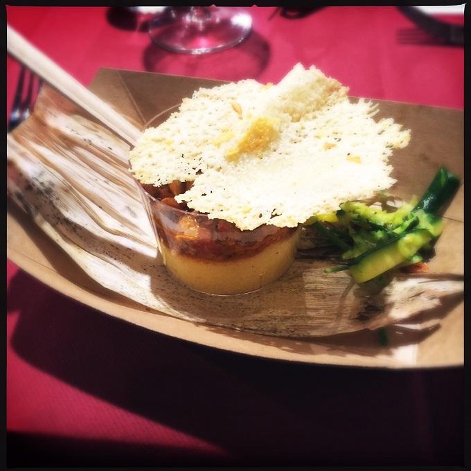 Cestino di polenta di Blave di Mortean ripieno di finferli in rosso su crosta di Montasio croccante. Una casa in campagna blog ©2015 Alessandra Colaci