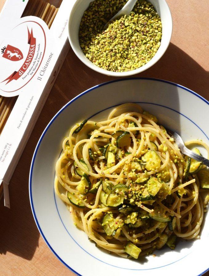 Chitarroni di Canossa con zucchine e granella di pistacchi